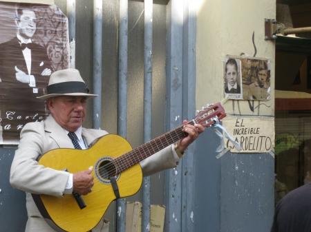 Everyone wants to sing like Carlos Gardel – 'El increible Gardelito'!