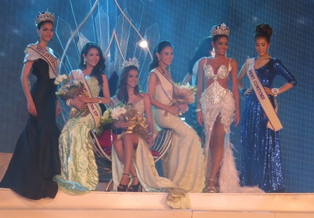 The three finalists with last years winner and Miss International from Brazil.